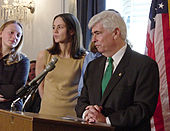 Sue Bird darrere el senador Chris Dodd