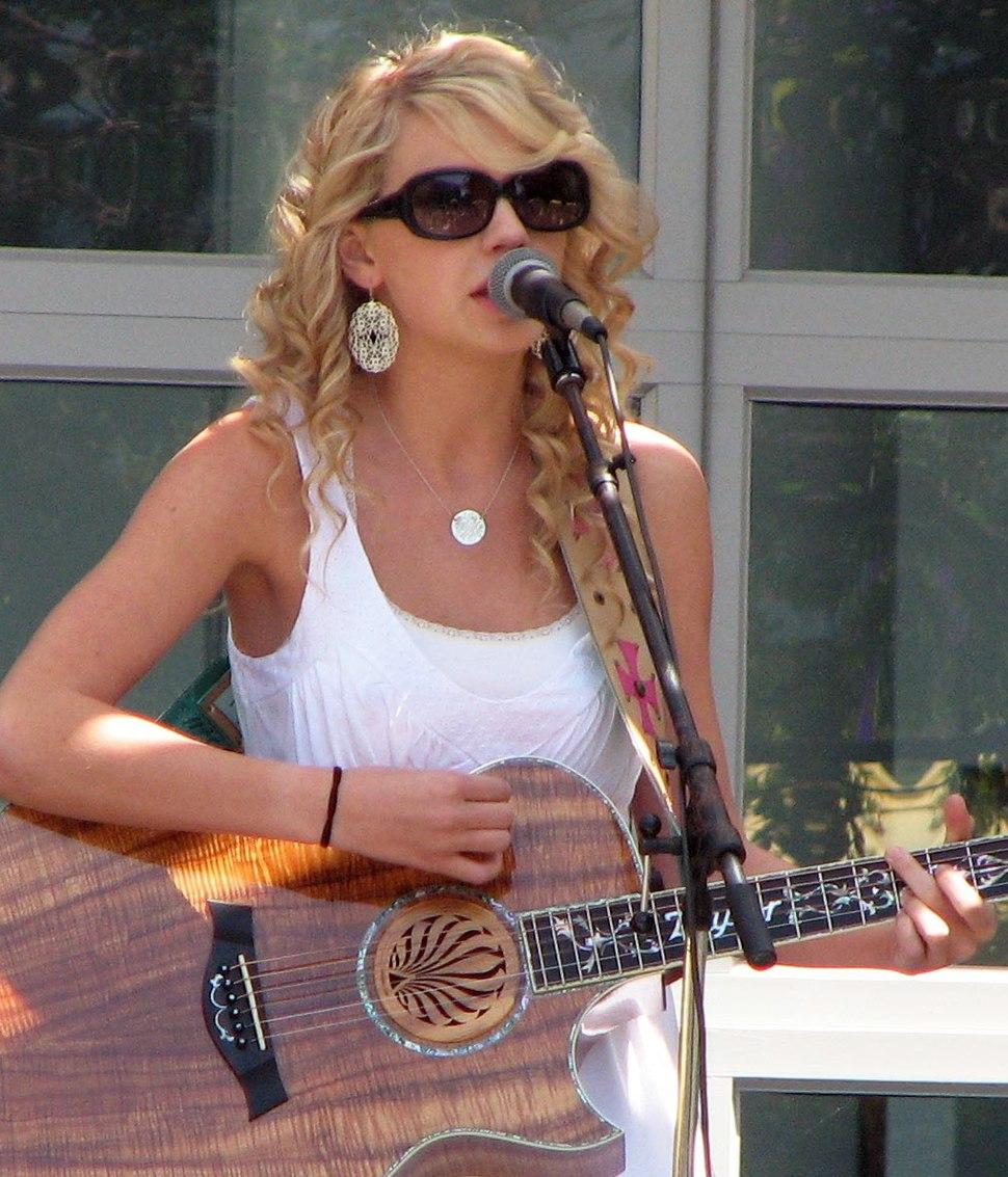 Taylor Swift at Yahoo crop