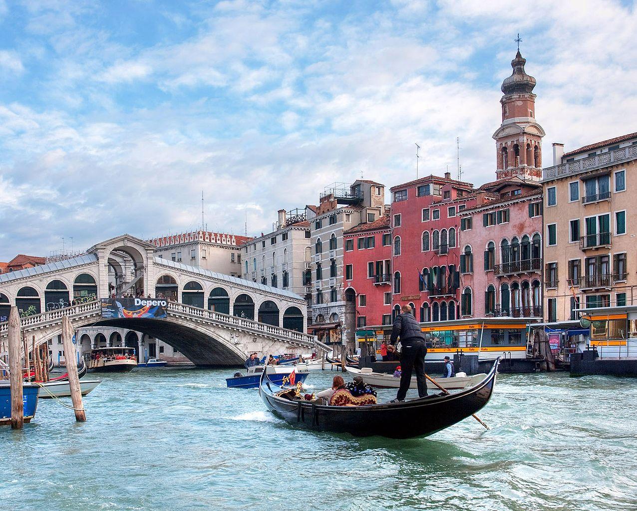File The Grand Canal Gondola Near Rialto Bridge Venice