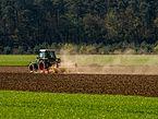 Traktor-Fendt 510 C -mit-Egge-5022808.jpg