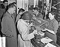 Tweede Pinksterdag opening visseizoen, inkopen vistuig, Bestanddeelnr 907-1591.jpg