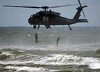 SEALs saltando al mar desde un helicóptero UH-60 Black Hawk