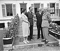 V.l.n.r. koningin Juliana, prins Bernhard, minister Staf van Defensie en veldma, Bestanddeelnr 909-6648.jpg