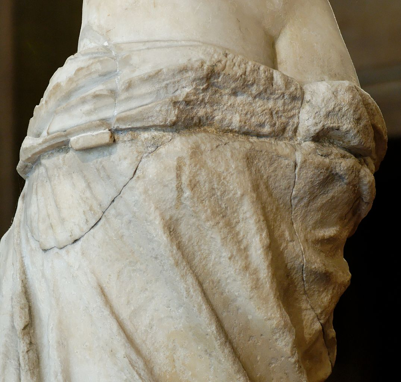 Как Венера Милосская потеряла руки и что в них было