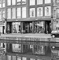 Voorgevel, overzicht winkelpui met links tegeltableau - Leiden - 20353074 - RCE.jpg