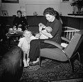 Vrouw houdt een peuter bij de hand terwijl ze een baby de fles geeft, Bestanddeelnr 252-9367.jpg