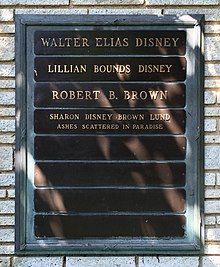 Plaque où est inscrit : 'Walter Elias Disney', 'Lillian Bounds Disney', 'Robert B. Brown', Sharon Disney Brown Lund ashes scattered in paradise'