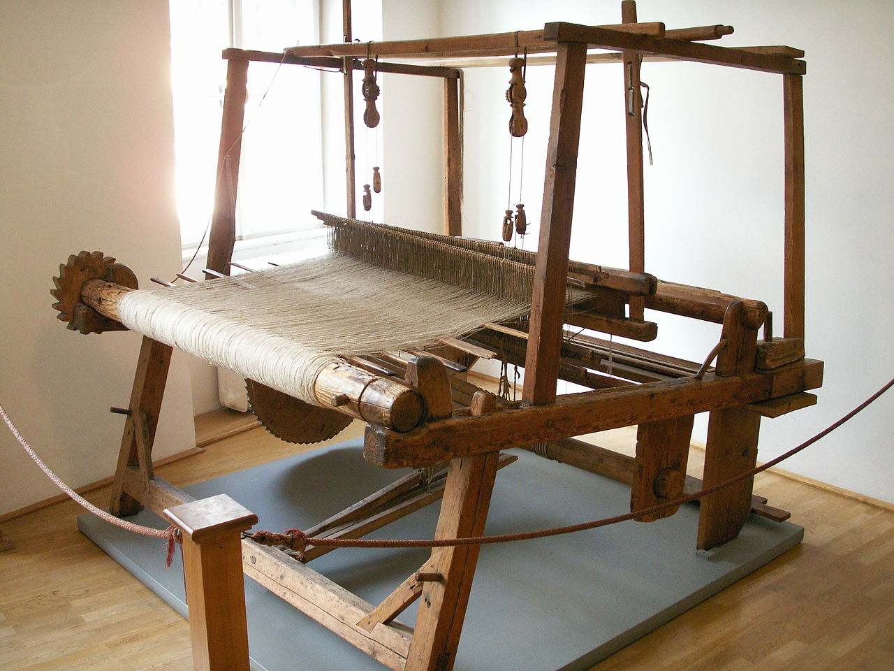 "Prof, ce n'est pas un ""vrai"" métier... Humiliation... 1280px-Webmaschine_in_Tirolervolkskunstmuseum"