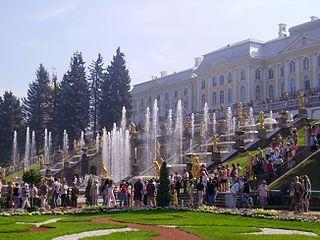 Αύγουστος 2007  Το Συντριβάνι του Σαμψών μπροστά από το Μέγα Παλάτι του Πέτερχοφ. Κτισμένο στα ΝΔ προάστεια της Αγίας Πετρούπολης ως εξοχική κατοικία της τσαρικής οικογένειας στις αρχές του 18ου αιώνα, το Πέτερχοφ ανήκει στον κατάλογο Παγκόσμιας Πολιτιστικής Κληρονομιάς της ΟΥΝΕΣΚΟ.