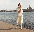 (Leningrád) Néva folyó, Egyetem rakpart (Universzitetszkaja Naberezsnaja), háttérben az Izsák-székesegyház. Schmidt Bea manöken. Fortepan 30495.jpg