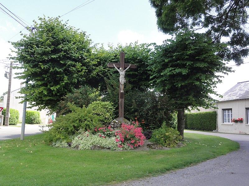 Ébouleau (Aisne) croix de chemin au centre