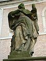 Św. Barbara przed frontem kościoła (08.2010).JPG