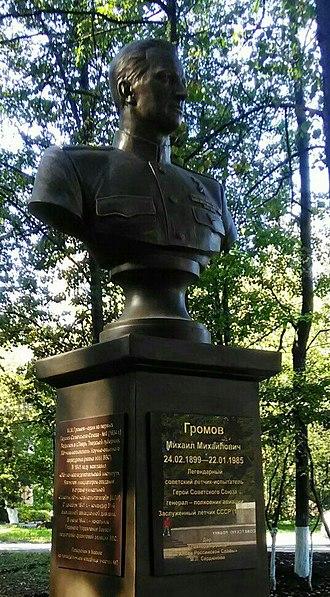 Mikhail Gromov (aviator) - Image: Бюст М.М. Громова, п. Чкаловский