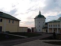 Стены с шестью башнями, внутри Николо-Пешношского монастыря.jpg
