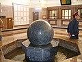 Фонтан внутри вокзала станции Красноярск-Пассажирский.JPG