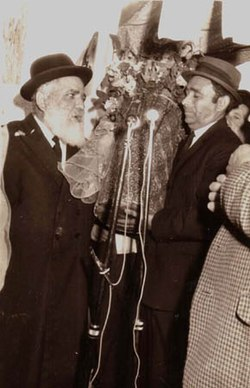 הרב רפאל עבו ויוסף עבו עברון בטקס הוצאת ספר התורה מבית עבו בצפת למירון 1972.jpg