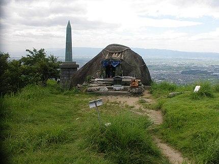 基山山頂部、基肄城跡/中央は霊霊(「たまたま」と呼ぶ)石、左後方に天智天皇欽仰之碑