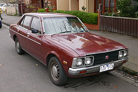 1975 Toyota Corona (RT104) SE sedan (2015-06-18) 01.jpg