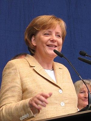 {{de|Angela Merkel bei der Eröffnung des Paul ...