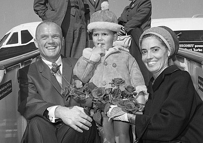 Annie and John Glenn arriving at Schiphol Airport, Amsterdam. 1965 Annie and John Glenn 1965 in Schiphol.jpg