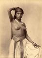 Anonyme - Algerie. Jeune Femme aux seins nus et collier de perles.png