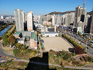 Anyang Jungang Elementary School, Photographed from Bisan Hillstate Apartment.jpg