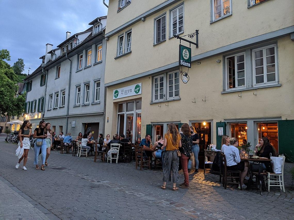 Außenbereich des Bären in Tübingen im Sommer.jpg