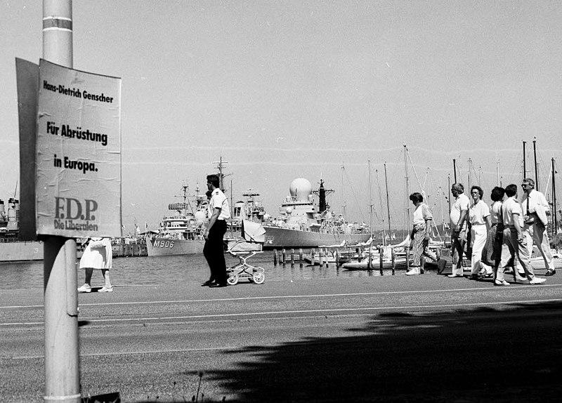 File:Ausländische Kriegsschiffe an der Tirpitzmole zur Kieler Woche 1989 (Kiel 5.762).jpg