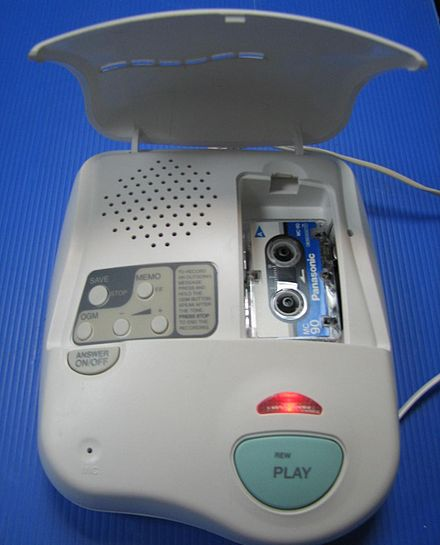 An answering machine that uses a microcassette to record messages Autoanswer-mikrokassete.JPG