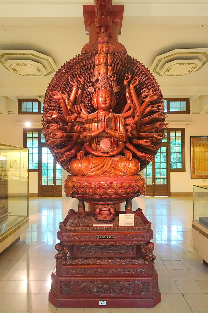 Avalokitesvara (Kuan Yin) avec de nombreux yeux et des bras (1656) en bois cramoisi et doré - Musée national d'histoire vietnamienne - Hanoi, Vietnam