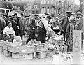 Bananenkoopman op de markt op het Waterlooplein, Bestanddeelnr 252-0611.jpg