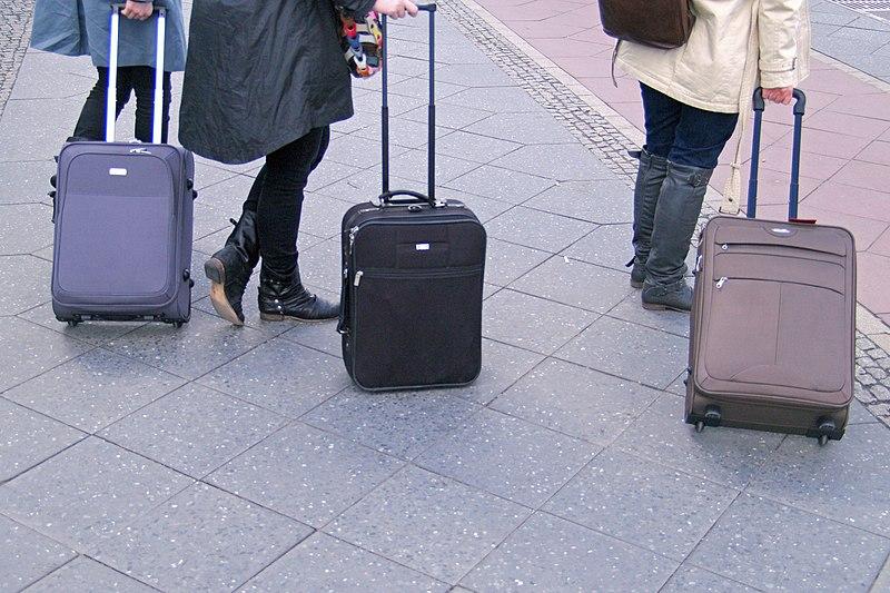 File:Berlin hauptbahnhof drei rollkoffer 15.04.2011 15-07-46.JPG