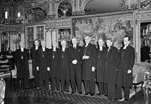Yngve Brilioth (fjerde mand fra højre) og otte andre svenske biskopper ved et besøg hos Gustaf VI Adolf på Stockholms Slott 1951.