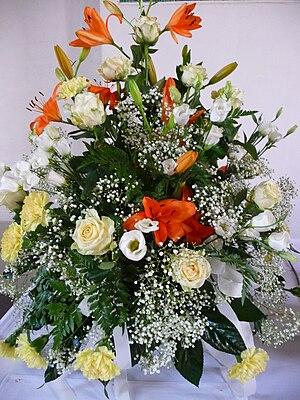 Deutsch: Blumenschmuck, bestehend aus Rosen (R...