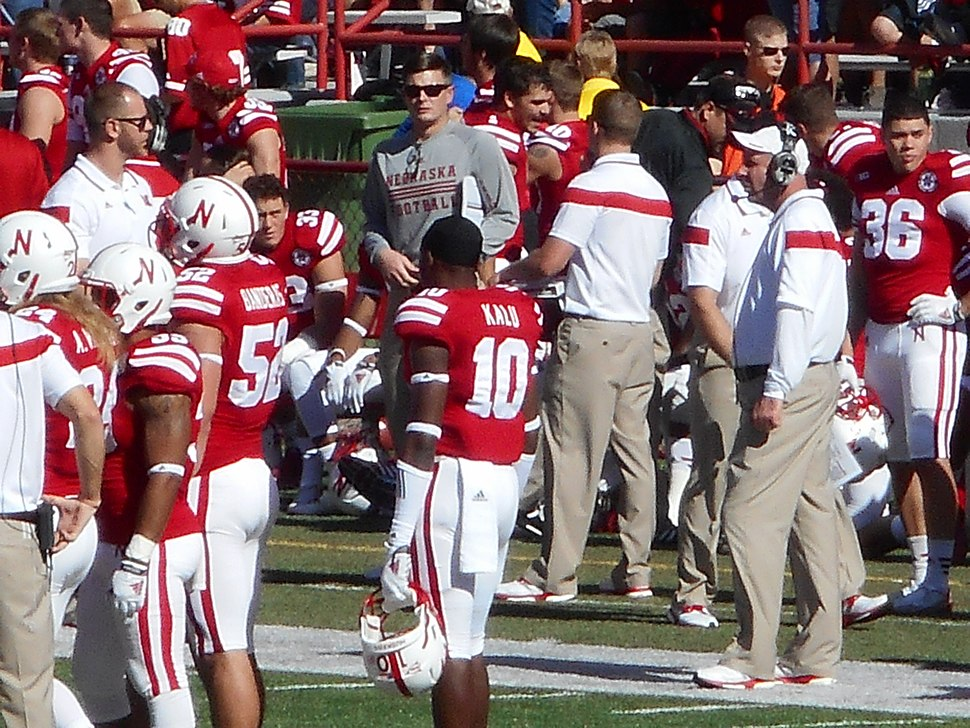 Bo Pelini with players during a timeout (Nebraska vs. Rutgers, 2014)