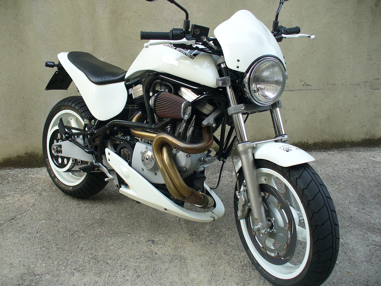 1280px-Buell_M2_Cyclone_white_2000_front