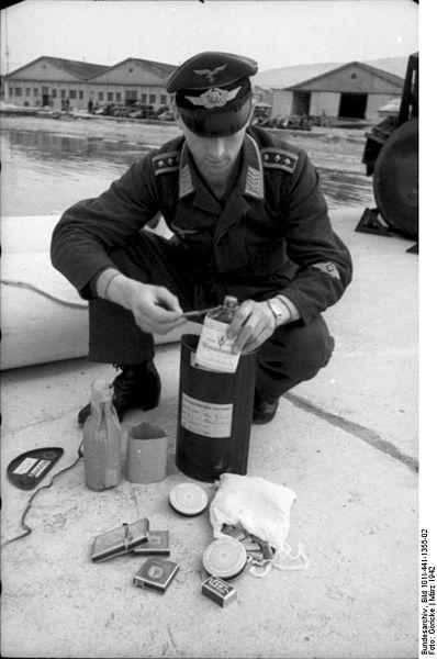 File:Bundesarchiv Bild 101I-441-1355-02, Nordafrika, Überprüfung von Seenotausrüstung.jpg