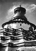 Bundesarchiv Bild 135-S-10-05-09, Tibetexpedition, Großer Chörten in Gyantse.jpg