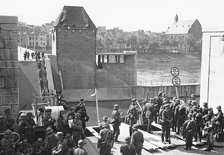 Despite the destruction of the Wilhelminabrug and the Sint Servaasbrug (pictured) German troops passed Maastricht, a vital traffic hub, relatively quickly. Photo taken 10 May 1940 in Maastricht. Bundesarchiv Bild 146-1981-064-18A, Westfeldzug, Ubergang uber die Maas.jpg