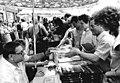 Bundesarchiv Bild 183-1983-0705-040, Autogrammstunde Heinz Knobloch.jpg