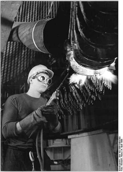 File:Bundesarchiv Bild 183-1986-0404-303, Pumpspeicherwerk Markersbach, Industriearbeiter Generatorständer reparierend.jpg