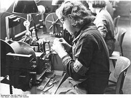 Bundesarchiv Bild 183-1998-0112-501, Dänin arbeitet in deutschem Werk