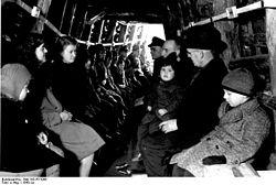 In alto: un rifugio antiaereo ricavato da una miniera; questi luoghi rappresentarono i posti più sicuri dove ripararsi da un attacco aereo. In basso: un ex bunker a Berlino