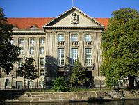 Bundesministerium der Verteidigung Berlin Spree.jpg