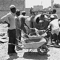 COLLECTIE TROPENMUSEUM Arbeiders met kruiwagens bij een betonmolen TMnr 20010494.jpg