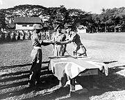 COLLECTIE TROPENMUSEUM Brigadier Taunton bevelhebber van de Engelse bezettingstroepen in Borneo en omgeving reikt Japanse zwaarden uit aan Britse soldaten die zich verdienstelijk hebben gemaakt TMnr 10001586