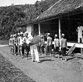 COLLECTIE TROPENMUSEUM Kenyah dansgroep voor een ziekenzaal in Longnawan Borneo TMnr 10003429.jpg