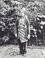 COLLECTIE TROPENMUSEUM Portret van een man in ceremoniële kleding TMnr 60040121.jpg
