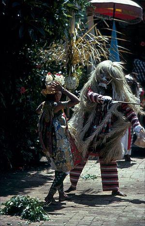 Rangda - Image: COLLECTIE TROPENMUSEUM Rangda tijdens een barong en krisdans T Mnr 20017895