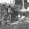 COLLECTIE TROPENMUSEUM Rudolf Bonnet en Paul Spies in de tuin van Bonnet TMnr 60030470.jpg